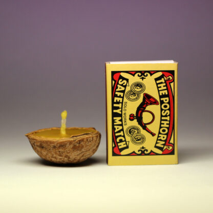 Plovoucí oříšek - svíčka ze včelího vosku